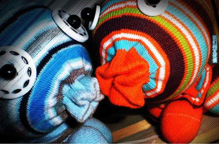 Что делать со старыми носками.  Их можно просто выбросить, но это самый НЕ креативный вариант.  А мы с вами креатив...