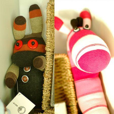 Что делать со старыми носками?  Их можно просто выбросить, но это самый НЕ креативный вариант.  А мы с вами креатив...