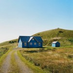 Этот синий дом выглядит вполне заурядно, но лишь до тех пор, пока вы не войдете