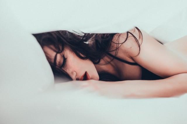 Девушка любит секс сбоку
