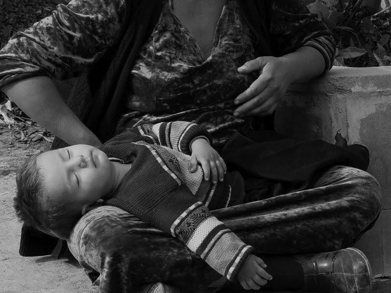 Почему дети на руках у попрошаек всегда спят? Вы никогда не задумывались?