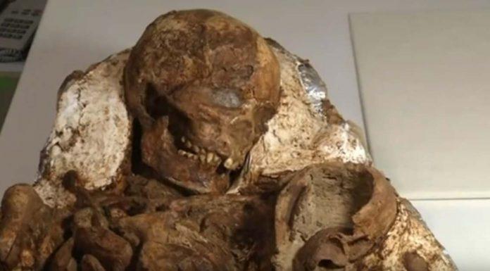 Мать, продолжающая баюкать малыша спустя 4800 лет