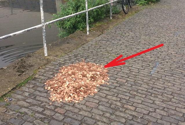Друзья рассыпали на улице 15 тысяч монеток, а затем сняли реакцию прохожих