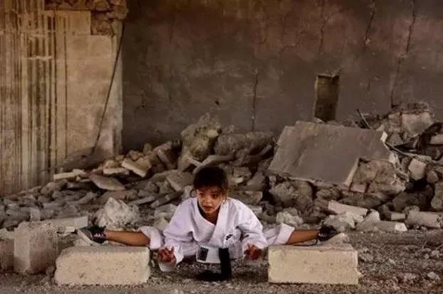 Маленькая сирийская каратистка тренируется посреди руин Алеппо