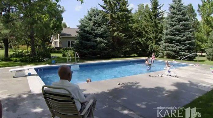 94-летний мужчина построил бассейн на заднем дворе для соседских детей