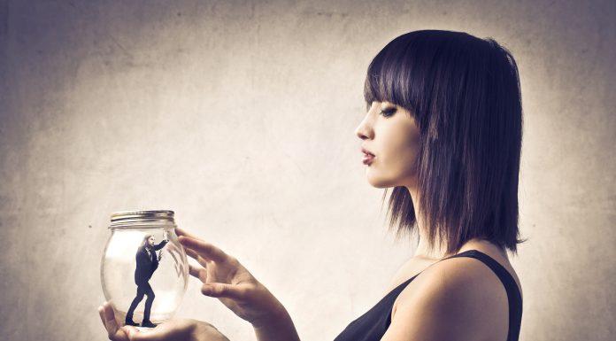 8 признаков того, что ваш партнер манипулирует вами