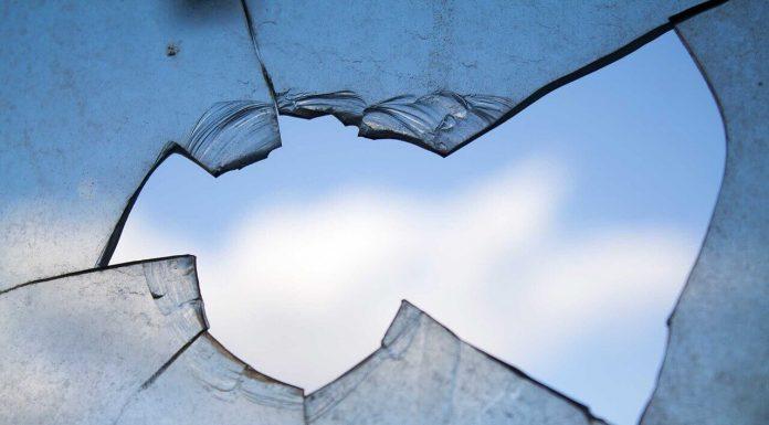 Кто разбил окно?