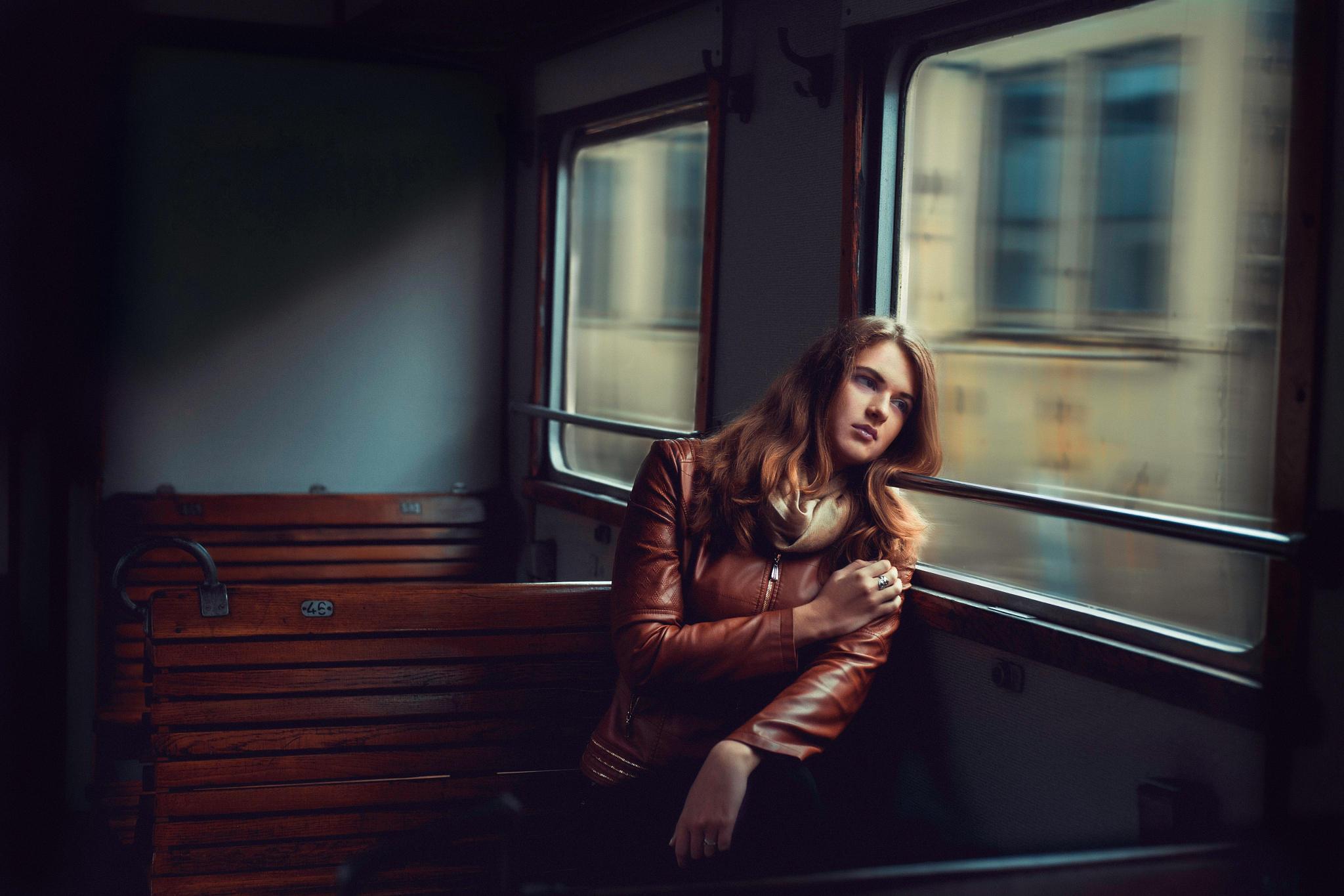 скучающая девочка в окне поезда скачать