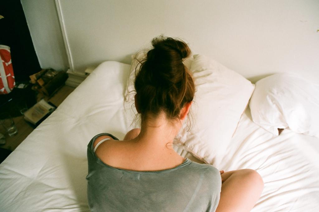 Девушка со спины дома