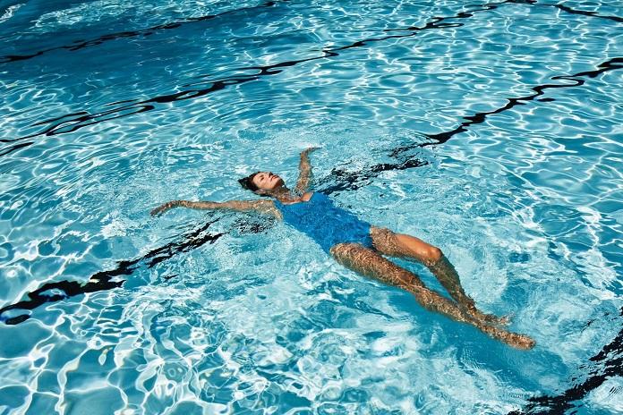 заниматься плаванием