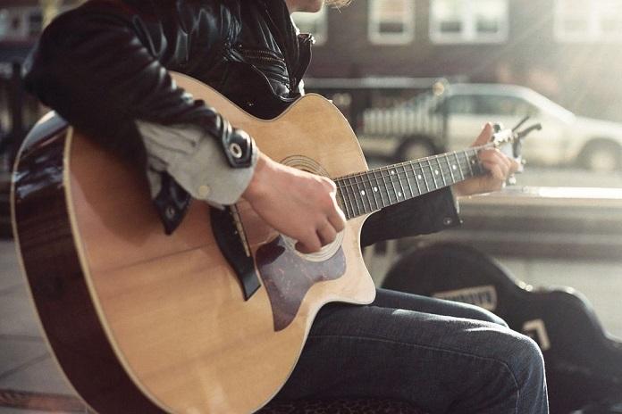как научиться играть на гитаре